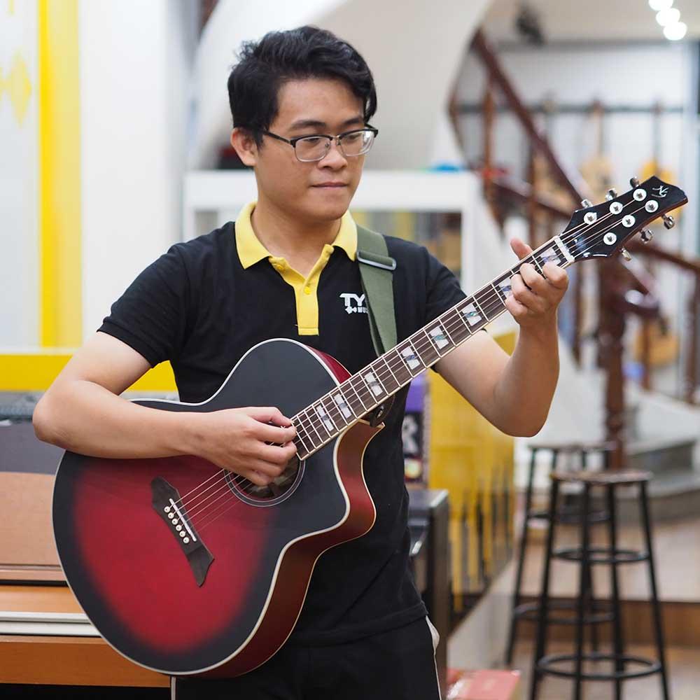 Cách cầm đàn guitar bằng tư thế đứng đeo đàn