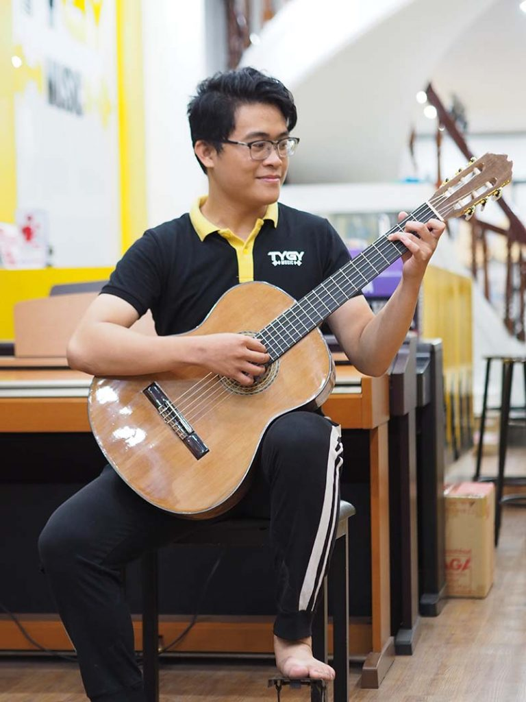 Cách cầm đàn guitar bằng tư thế ngồi đàn cổ điển