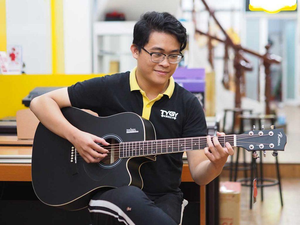 Cách cầm đàn guitar bằng tư thế ngồi đàn đệm hát