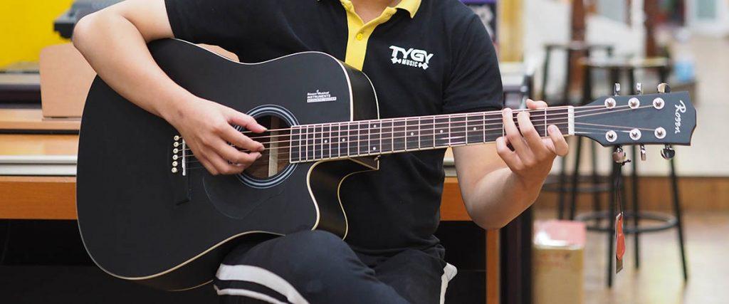 Hướng dẫn cách cầm đàn guitar đúng chuẩn